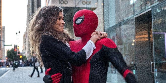 """Tom Holland als Spider-Man mit Filmpartnerin Zendaya als Michelle """"MJ"""" Jones"""